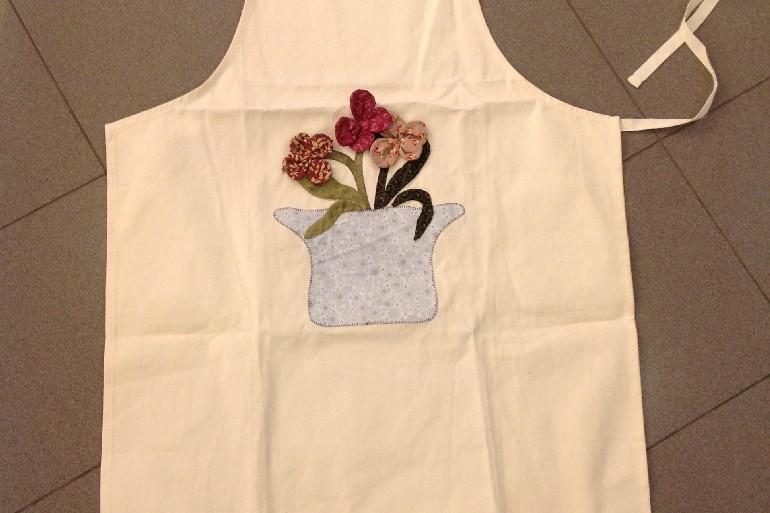 Grembiule con vaso di fiori in applique